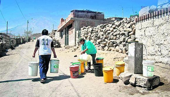 Mientras pobladores mueren de sed, Emapisco pierde miles de litros de agua en fuga de red