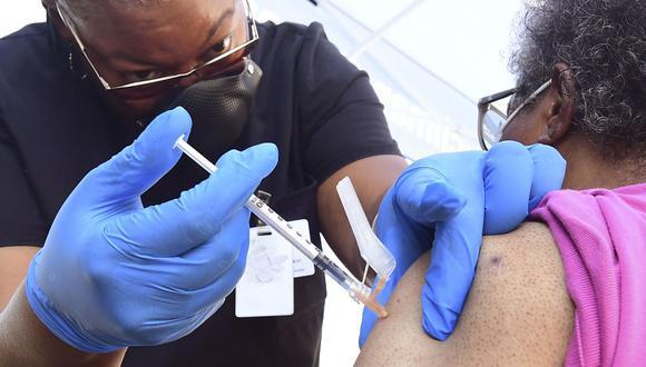 Una persona recibe una dosis de vacuna contra el coronavirus. (Frederic J. BROWN / AFP).