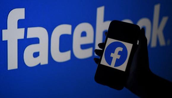 La acción de Facebook se desplomó 4,89% este lunes a 326,23 dólares ante una severa interrupción de su plataforma y de sus aplicaciones Instagram y WhatsApp. (Foto: Olivier Douliery / AFP)