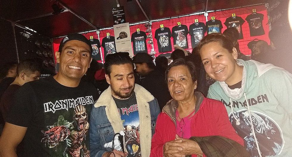 Madre acompaña a su hijo invidente a concierto de Iron Maiden para narrarle presentación (FOTOS)