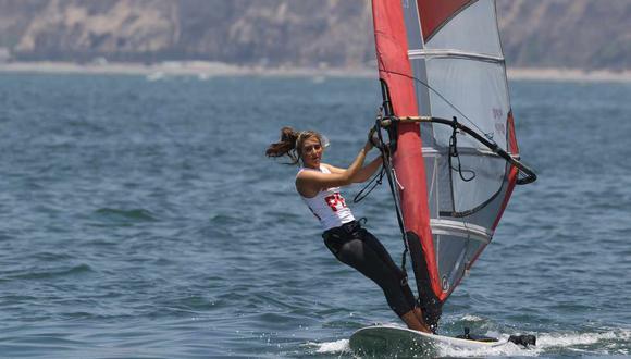 María Belén Bazo consiguió el puesto 13 en la modalidad de  RS:X de windsurf femenino de vela. (Foto: GEC)