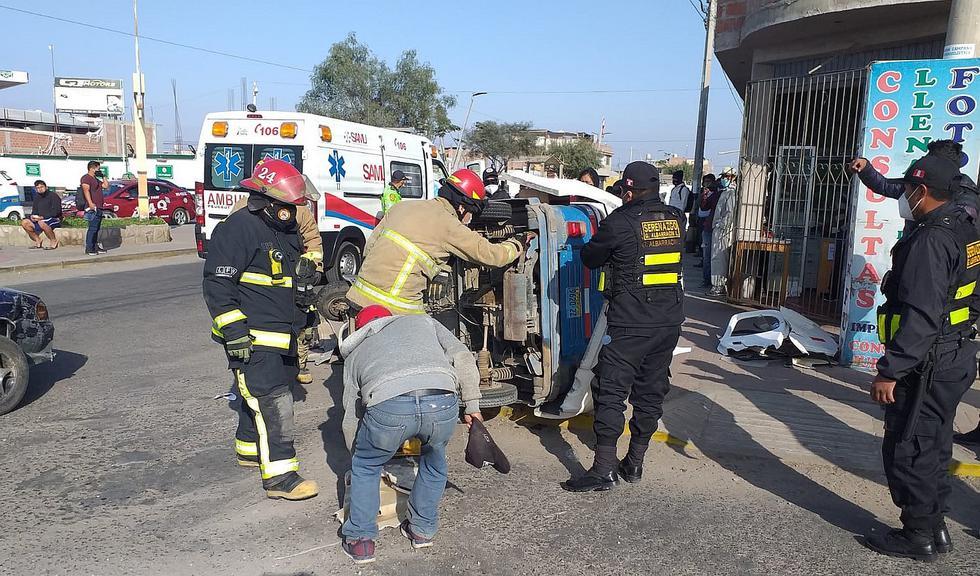 Automóvil embiste y vuelca a un mototaxi con dos ocupantes que resultan heridos