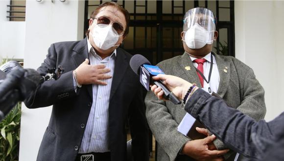 Richard Swing desde los exteriores de su vivienda en una conferencia de prensa. | Foto: Jessica Vicente/@photo.gec