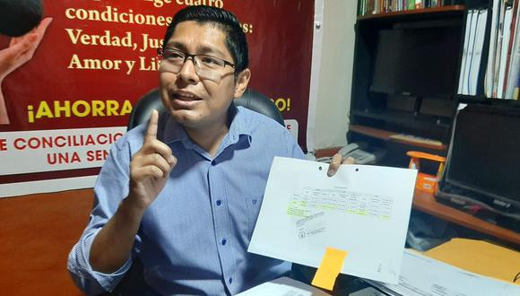 Consejero Luis Miguel Caya Salazar mostró documentos emitidos por el jefe de Recursos Humanos. (Foto: Diario Difusión)