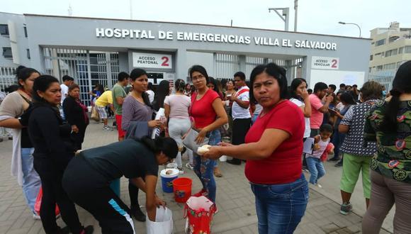 Vecinos apoyan dando desayuno y colectando donaciones para familiares de heridos en Hospital de Villa El Salvador. Fotos:  Gonzalo Córdova/ GEC