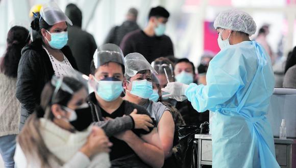 Ministro Ugarte hace el anuncio y además recalca que Gobierno dejará vacunas suficientes para todos. (Foto: Violeta Ayasta / GEC)