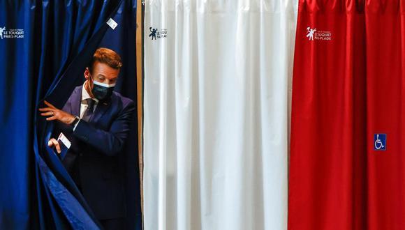 El presidente de Francia, Emmanuel Macron, sale de una caseta en un colegio electoral durante la primera vuelta de las elecciones regionales y departamentales. (EFE / EPA / CHRISTIAN HARTMANN).
