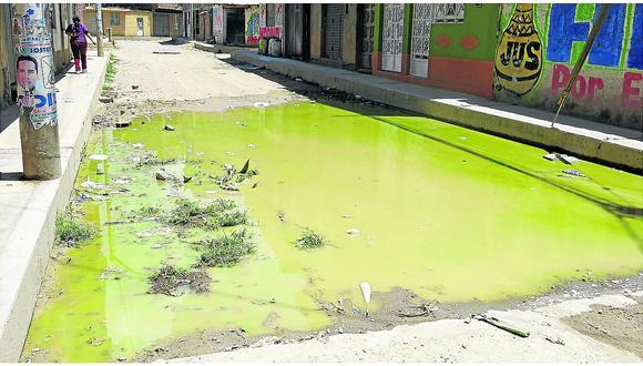 Aguas servidasprovocan hedor en calles de asentamiento humano