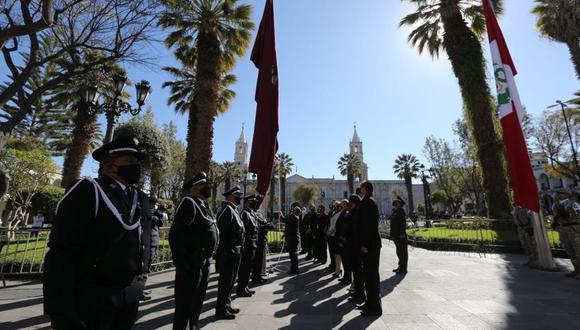 Izamiento de la bandera de la ciudad estuvo a cargo del alcalde y regidores. (Foto: Leonardo Cuito)