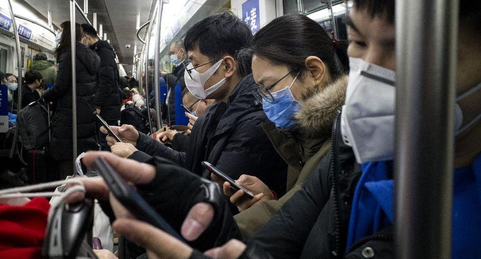 Un grupo de personas usan máscaras protectoras en el metro en Beijing para prevenir la denominada neumonía de Wuhan. (AFP)