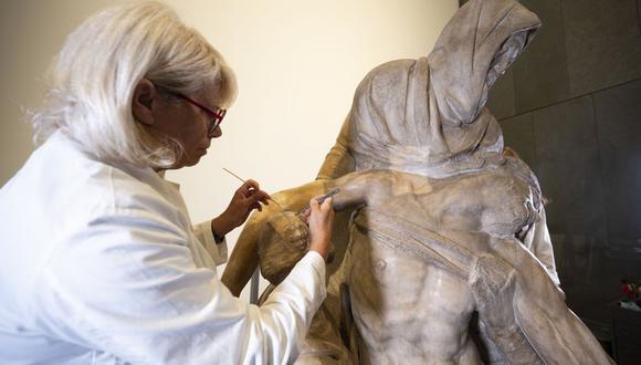 Una restauradora trabaja en una escultura de La Piedad de Miguel Ángel en Florencia, Italia, el martes 8 de septiembre del 2020. (Foto: Claudio Giovannini / Opera di Santa Maria del Fiore / AP)