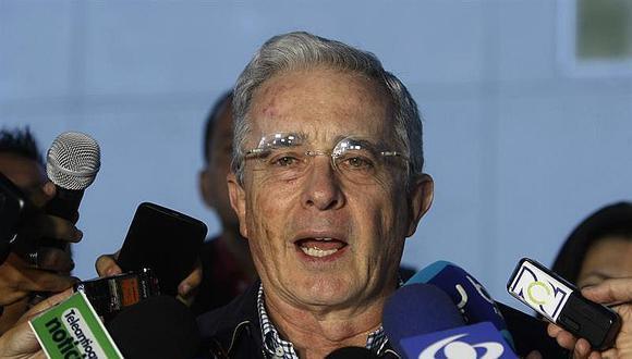 """Uribe pide a Santos que aún no dé por """"definitivo"""" nuevo acuerdo de paz"""