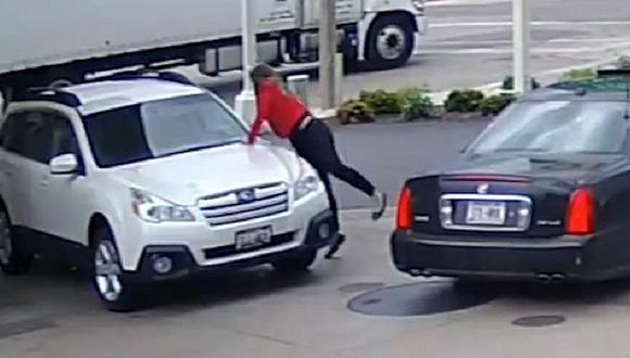 YouTube: Mujer se lanza sobre su camioneta para evitar que la roben [VIDEO]