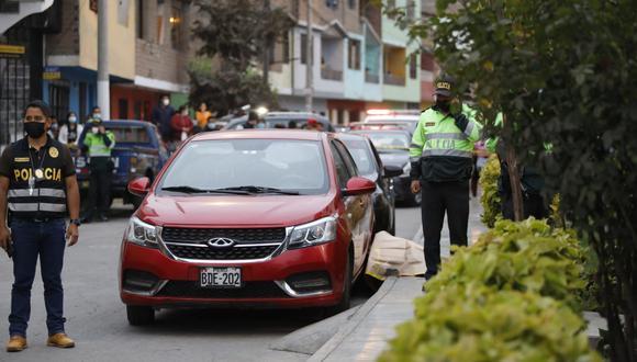 Los sicarios atacaron a sus víctimas que estaban dentro de este auto. (Foto: GEC)