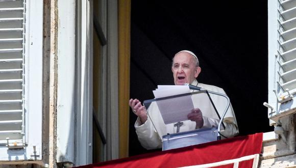 El Papa Francisco saluda desde una ventana del palacio apostólico con vista a la Plaza de San Pedro, en el Vaticano, este 9 de mayo de 2021 durante la oración semanal del Ángelus seguida de la recitación del Regina Coeli. (Vincenzo PINTO / AFP).