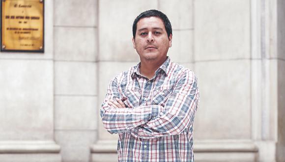 """El periodista deportivo presenta """"Amor a la Camiseta"""", un libro de historias que resalta el valor de las vestimentas más simbólicas del fútbol peruano."""