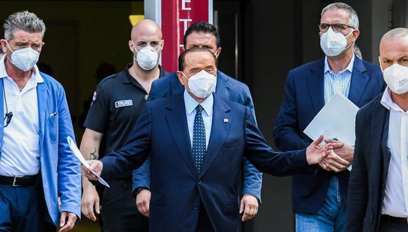 El ex primer ministro italiano Silvio Berlusconi, en el centro, abandona el Hospital San Raffaele, en Milán, después de que dio positivo por coronavirus y estuvo hospitalizado desde el 3 de septiembre. (Foto de Piero CRUCIATTI / AFP)