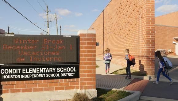 Alumnos con mascarillas caminan fuera de la escuela primaria Condit en Bellaire, en las afueras de Houston, Texas, el 16 de diciembre de 2020. (Foto:  Francois Picard / AFP)