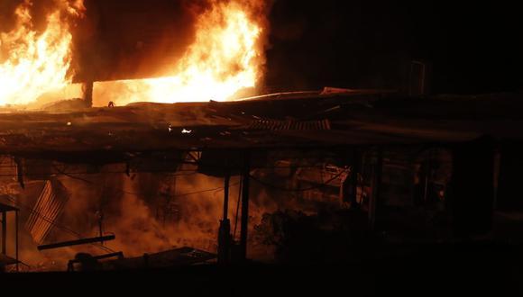 Incendio de grandes proporciones se registra en almacén situado en la Vía de Evitamiento en El Agustino. (Foto: Hugo Perez / @photo.gec)