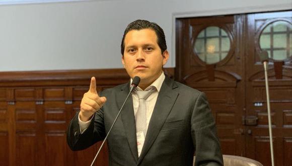 Luna Morales indicó este viernes que se interpelará y censurará a la ministra de Economía y Finanzas, María Antonieta Alva, si es que no da una respuesta clara sobre la devolución de aportes a la ONP. (Foto: Facebook)