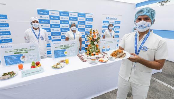 Personal de EsSalud mostrando alimentos para fortalecer el sistema inmunológico. | Foto: Cortesía.