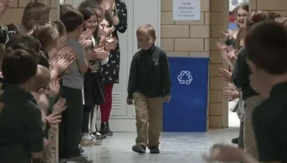 Niño culminó la quimioterapia y sus compañeros de clase le dieron fantástica bienvenida