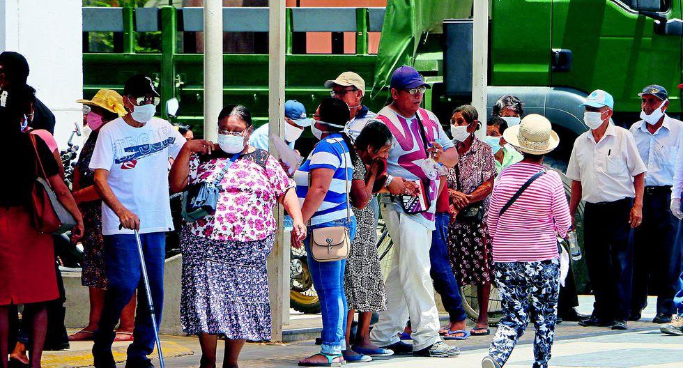 Miles de piuranos se exponen a contagiarse al hacer colas para cobrar el bono de S/ 380