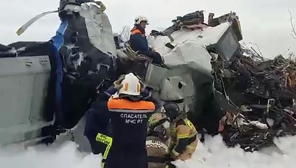 Un avión que transportaba paracaidistas se estrelló en el centro de Rusia el 10 de octubre de 2021, dijo el ministerio de emergencias. (Foto: MINISTERIO DE EMERGENCIAS RUSO / AFP)
