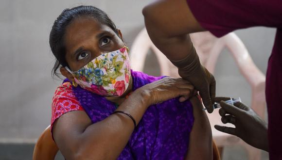 Una mujer es inoculada con una dosis de la vacuna Covishield contra el coronavirus Covid-19 en Mumbai, India, el 29 de junio de 2021. (Foto de Punit PARANJPE / AFP).