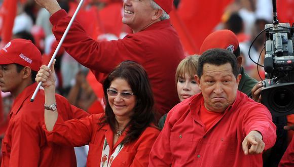 Hugo Chávez y Cilia Flores, esposa de Nicolás Maduro, el 12 de febrero de 2009. (Foto: AFP).