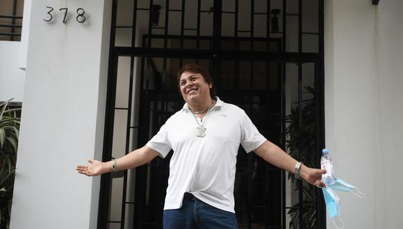 """El cantante Richard Cisneros conocido también como ¨Richard Swing"""" después de dar declaraciones a la prensa por el tema de los audios donde involucran al Presidente Martín Vizcarra, en los exteriores de su domicilio en San Isidro. Foto: Britanie Arroyo / @photo.gec"""