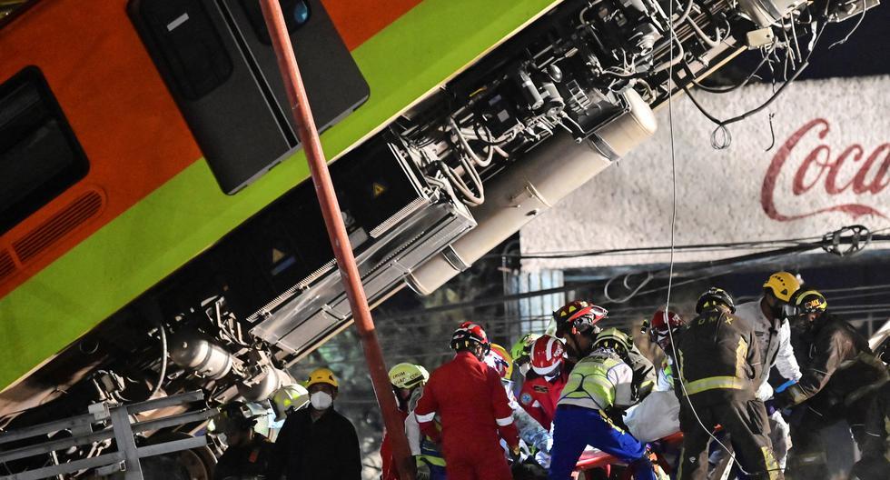 Los rescatistas retiran un cuerpo de un vagón de tren después de que una línea elevada del metro colapsara en la Ciudad de México, el 4 de mayo de 2021. (PEDRO PARDO / AFP).