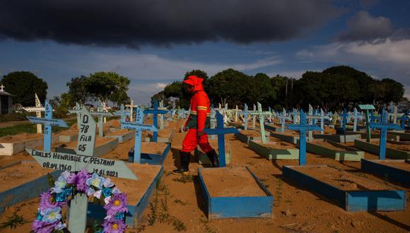 El país registró su primer fallecido por coronavirus el 12 de marzo de 2020 y en poco más de catorce meses ha llegado a 401.186, casi el 13% del total mundial, cuando Brasil apenas representa un 3% de la población del planeta. (Foto: MICHAEL DANTAS / AFP)