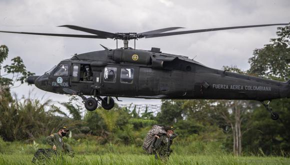 La policía colombiana llega en helicóptero para apoderarse de un campo de coca en Tumaco, el 26 de febrero de 2020. (Foto referencial: Juan BARRETO / AFP)