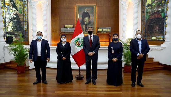 Del encuentro participó la vocera alterna de la bancada, María Cristina Retamozo y la legisladora Luz Milagros Cayguaray, entre otros. (Foto: Presidencia)