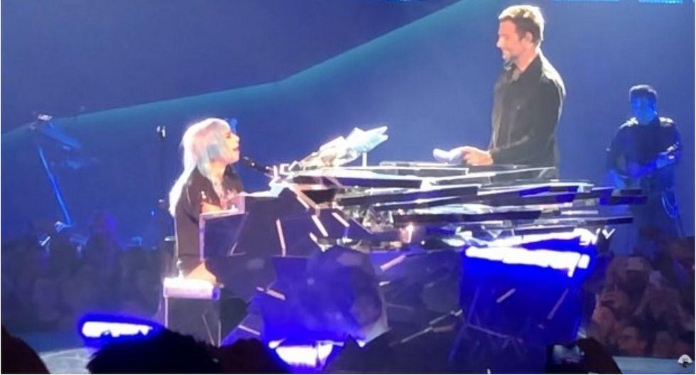 """Lady Gaga y Bradley Cooper sorprenden en concierto al cantar en vivo """"Shallow"""""""