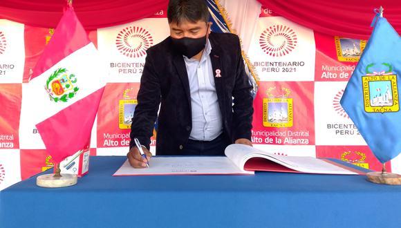 Alcalde Ángel Lanchipa firmó este jueves el libro conmemorativo del bicentenario. (Foto: Correo)