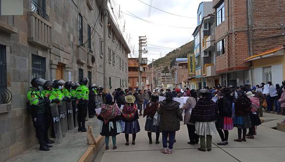 Protesta al frente del Gobierno Regional de Huancavelica.