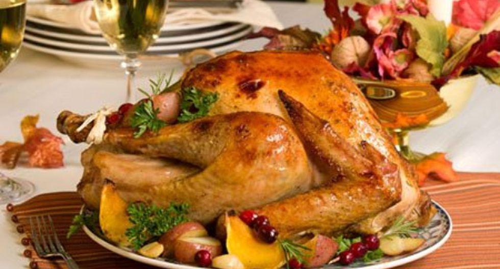 ¿Cómo preparar un jugoso pavo con mantequilla y vino blanco?