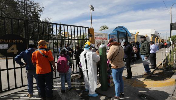 Parientes de los pacientes permanecieron en las rejas del hospital Honorio Delgado Espinoza  Foto: Pedro Torres