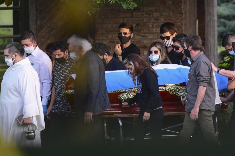 """El féretro de Maradona llegó al cementerio privado """"Jardín de Bella Vista"""", cubierto por una bandera argentina. (Foto: AFP)"""
