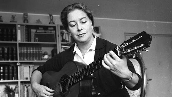 Chabuca Granda tocando guitarra, año 1966. (GEC Archivo Histórico)