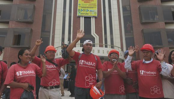 Obreros paralizan trabajos en dos obras de pavimentación en José Leonardo Ortiz