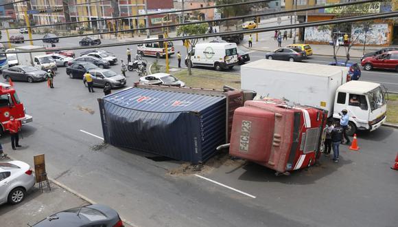 Transeúntes grabaron cómo quedó el vehículo de carga entre las cuadras 10 y 11 de la avenida México. (Foto: Violeta Ayasca / GEC)