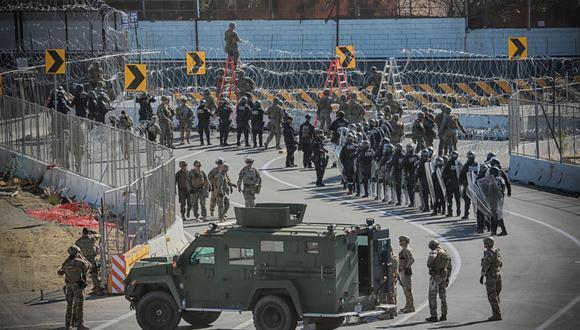 Un autobús sale de una instalación fronteriza cerrada mientras se esperaba que los migrantes sujetos a un programa de restricción de asilo de la era Trump comenzaran la entrada a los Estados Unidos en el cruce fronterizo de San Ysidro con México. (Foto: Sandy Huffaker / AFP)