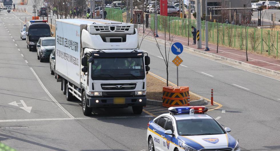 Un camión transporta vacunas AstraZeneca en Andong, Corea del Sur, el 24 de febrero de 2021. (EFE/EPA/YONHAP SOUTH KOREA).
