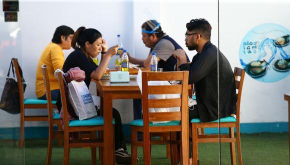 Según el gremio de restaurantes, es necesario que se incremente el aforo en los locales, además de poder recibir a los niños con sus familias. (Foto: Fernando Sangama / GEC)