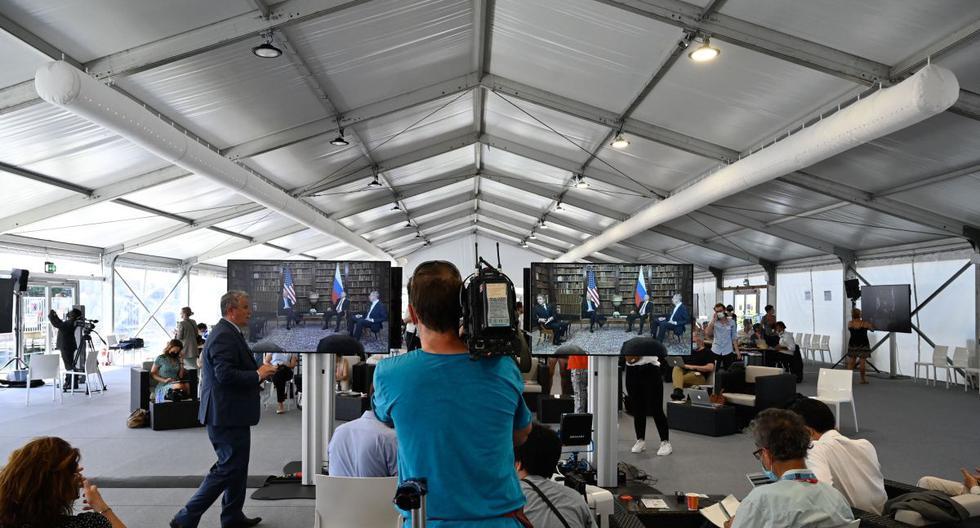 Los periodistas miran las pantallas que se muestran en la sala de prensa en Ginebra. (SEBASTIEN BOZON / AFP).