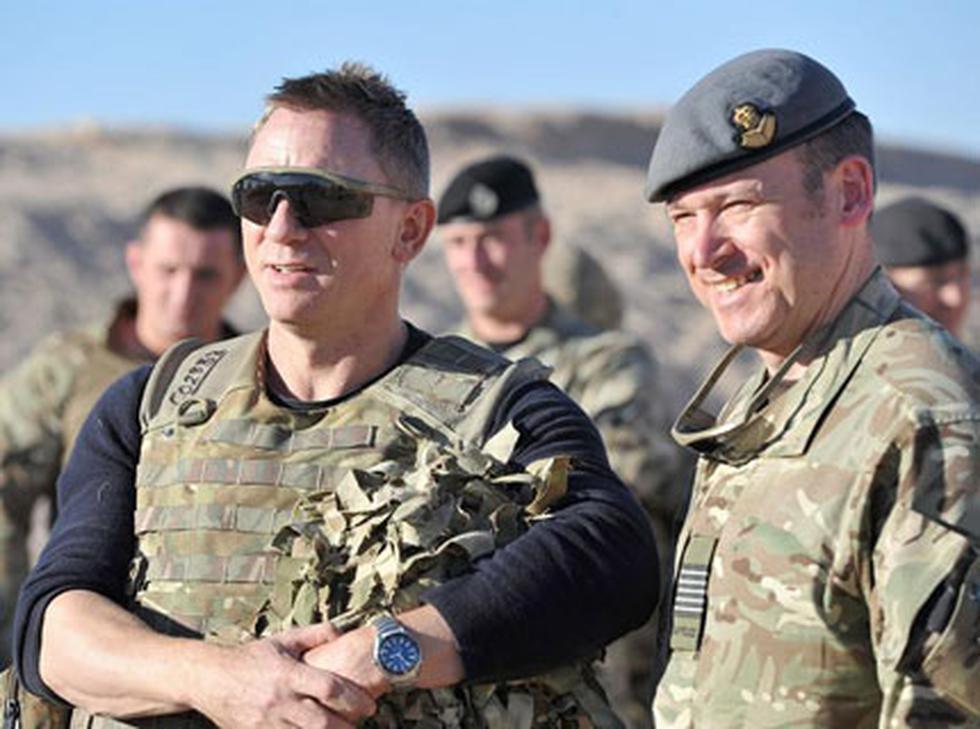 James Bond visita a soldados británicos en Afganistán