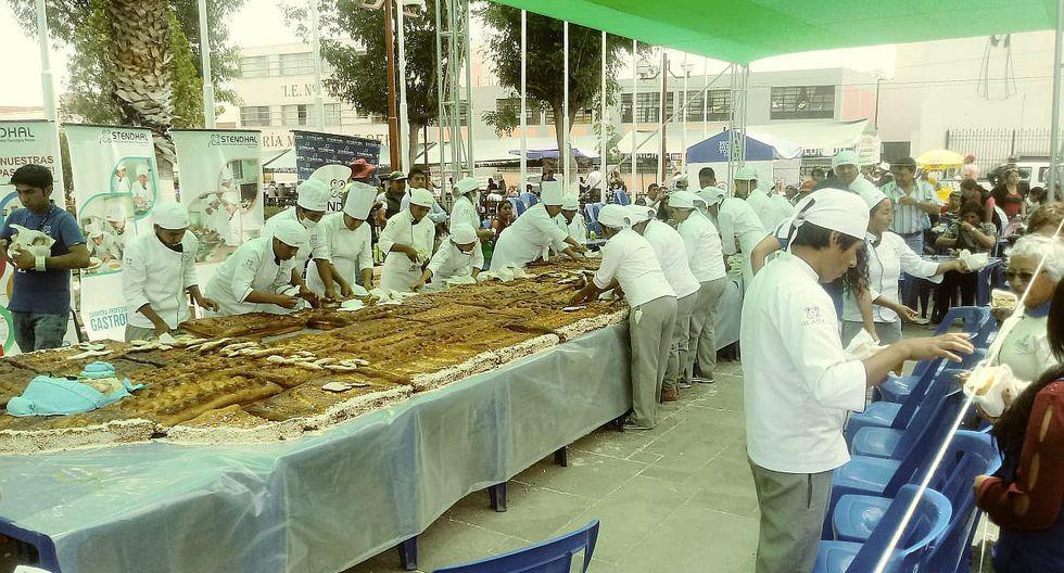 "Emprendedores preparan ""guagua"" de pan de 10 metros"
